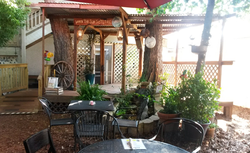 Low Country Backyard has perfect outdoor dining     Rob Glover