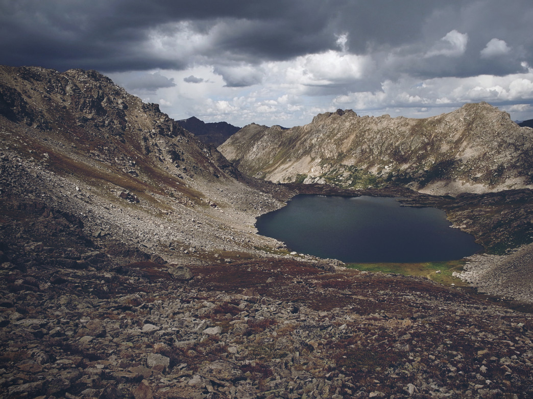 The high-alpine Lost Man trail provides unobstructed views of the surrounding mountains.