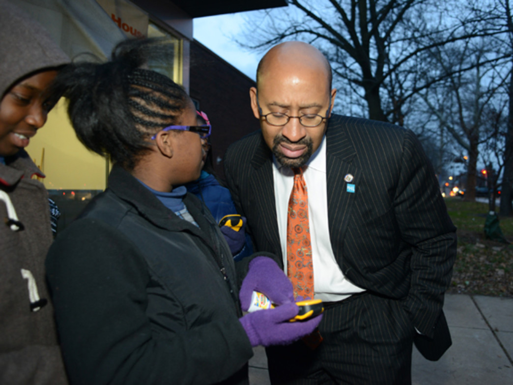 A Philadelphia student teaches Mayor Michael Nutter about geocaching