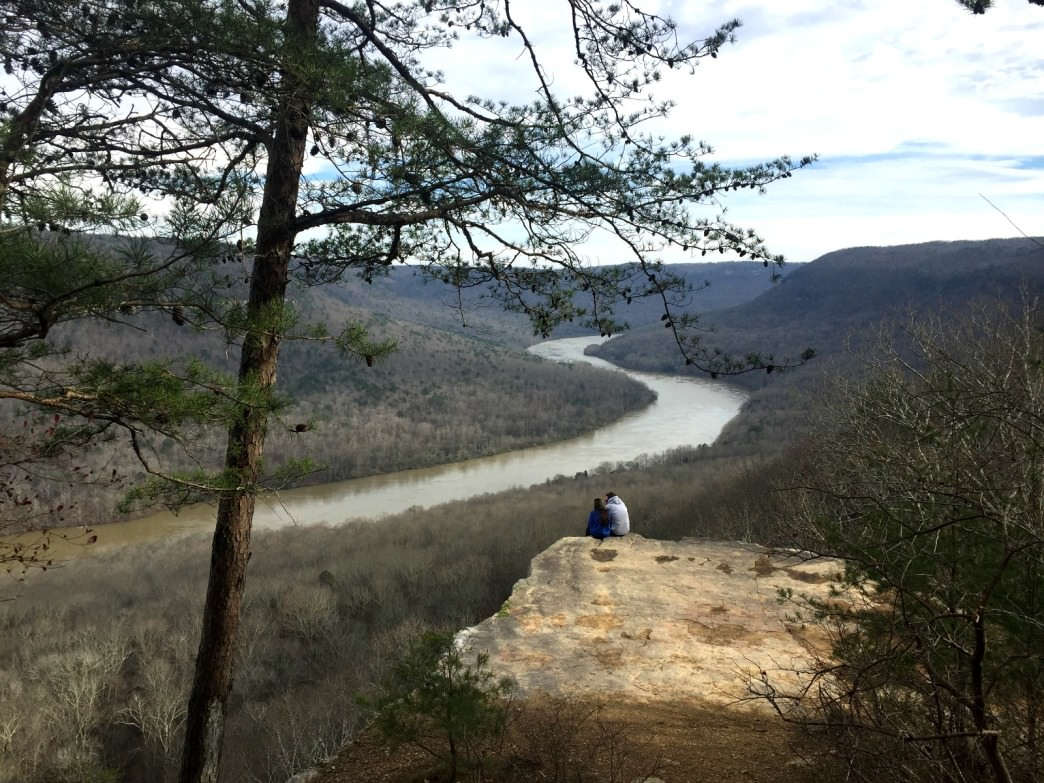 Lovebirds looking out over the Tennessee River Gorge from Snooper's Rock.